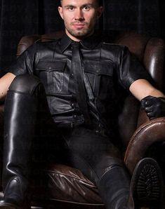 Kerls in Leder Mens Leather Shirt, Leather Men, Black Leather, Mens Gloves, Leather Gloves, Mens Heeled Boots, Leder Outfits, Leather Fashion, Hot Guys
