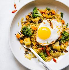 Curry Fried Rice with Potatoes Yellow Curry Fried Rice with Potatoes - easy vegetarian meal in under 40 minutes!Yellow Curry Fried Rice with Potatoes - easy vegetarian meal in under 40 minutes! Vegetarian Recipes Easy, Curry Recipes, Asian Recipes, Healthy Recipes, Vegetarian Dinners, Vegetarian Cooking, Rice Recipes, Vegetarian Fried Rice, Vegetarian Italian