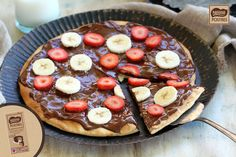Pizza de chocolate con fresones y plátanos
