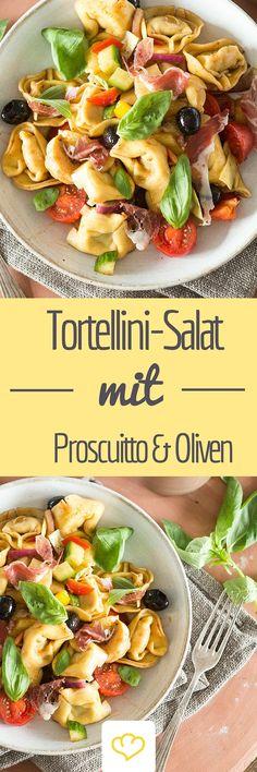 Von diesem Tortellinisalat mit Orangendressing wird noch lange die Rede sein! Am besten du bereitest direkt die doppelte Menge zu. Dank Prosciutto und Oliven werden die gefüllten Teigtaschen nicht lange überleben.