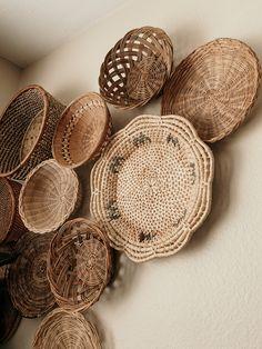 Home Decor Living Room Basket Decoration, Baskets On Wall, Bohemian Decor, Home Living Room, Bedroom Decor, Rattan, Wicker, Crafts, Cahuita