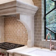 cream cabinets paired with La Perla Venata Quartzite countertop and Walker Zanger Vibe Parker Mosaic Field Tiles in Suede Gloss backsplash.