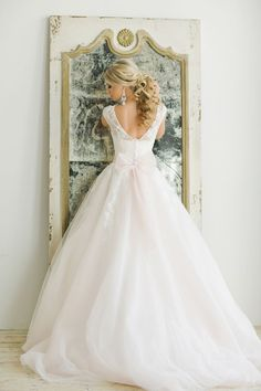 Love this princess worthy wedding gown and that pretty pink bow! Warmphoto via @burnettsboards
