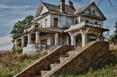 abandoned house in Shreveport, LA Abandoned Property, Old Abandoned Houses, Abandoned Buildings, Abandoned Places, Haunted Places, Old Mansions, Abandoned Mansions, Sp City, Old Farm Houses