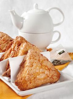 Scones de crema. Scones, Coffee Jitters, Waffles, Pancakes, Delicious Breakfast Recipes, Morning Food, Sweet Bread, High Tea, Coffee Cake