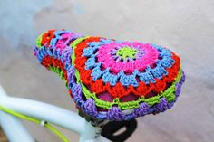Multicolor bicycle seat cover made of crochert. To brighten up your bike rides. Easy to apply and remove. 100% cotton. Handmade by me. L size (11,6) (30 cm). M size (9,7) (25 cm). It can be machine washed. Atesanal handmade product. The shades may vary slightly because it can vary the dyed yarns.