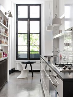Dark radiator, charcoal windows and white walls - perfect!