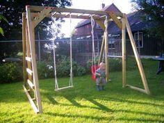 De apenbrug is een klimrek, schommel met klimnet of klimwand en duikelrek in een speeltoestel.
