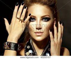 Mode Rocker Style Modell Mädchen Portrait. Frisur. Rocker oder Punk Frau Make-up und Frisur