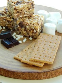 This is the best s'more rice krispy treats recipe! So gooey with the right amount of crunch. Tastes like s'mores without the mess! Great summer recipe idea!