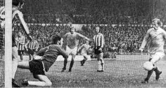 Sheffield Utd 1 Man City 2 in Oct 1973 at Bramall Lane. Denis Law makes no mistake as he scores in the Division 1 clash.
