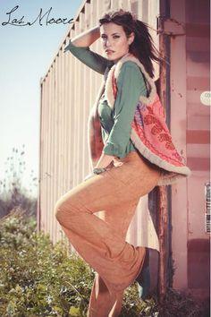 Camisa con tachas verde Chaleco hindu con corderito reversible Oxford gamuza camel Zapatos gamuza combinados  by Las Moore