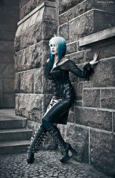 Love the boots on this #Goth girl