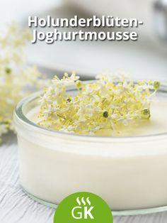 Ein herzhaftes Holunderblüten-Joghurtmousse wird gern in der Holunderzeit serviert. Das Rezept zum Genießen für ihre ganze Familie.