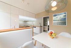V kuchyni je jídelní stůl, a ten druhý v obýváku slouží jako společenský prostor. Navíc majitelé bytu mají rádi deskové hry a ty se na sedačce nedají moc dobře provozovat