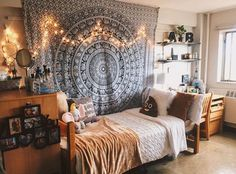 Uni room decoration ideas decorating a college bedroom ideas for turning your university room into home . Dorm Room Walls, Cool Dorm Rooms, Uni Room, Boho Dorm Room, Class Room, Dorm Room Desk, Kids Rooms, Diy Home Decor Bedroom For Teens, Bedroom Decor