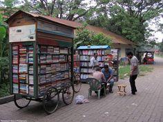 Biblioteca ambulante en Dhaka (Bangladesh).