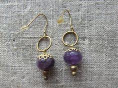 Øreringe / Earrings. Purple dangle earrings made of brass and gemstone.