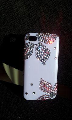 Твърд калъф заIPHONE 4 / 4S. Основата е бледо лилава. Бели и розови камъни образуват нежни ефектни цветя. Нова модна дрешка за вашия телефо...