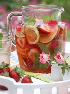 Bring the joy of fruit infused spa water to your home! Fruit Infused Water, Fruit Water, Fruit Juice, Healthy Drinks, Healthy Eating, Healthy Recipes, Healthy Water, Refreshing Drinks, Summer Drinks