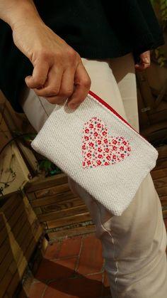 Emelir: Monedero blanco con corazón.