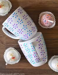 DIY mugs are an inexpensive and easy gift idea. Best of all, DIY mugs can be customized a zillion different ways. Craft Projects For Adults, Diy Craft Projects, Craft Ideas, Clay Projects, Project Ideas, Decor Ideas, Sharpie Mug Designs, Sharpie Mugs, Diy Mug Designs