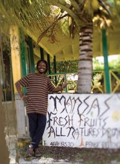 Sur l'île de Nevis ,la pharmacie la plus utilisée est celle de la forêt tropicale, dont la population locale connait toutes les propriétés curatives de toutes les feuilles, des écorces et des graines. Et Mansa en sait plus que quiconque. Un homme min http://parapharmacie-en-ligne.blogspot.co.at/2013/08/le-bien-etre-absolu-avec-viveo-la.html