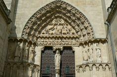 Cathédrale de Burgos. Portail du Sarmental: la Cour céleste au-dessus du tympan représentant les quatre évangélistes.