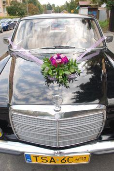 dekoracje samochodu na ślub. Kula z goździków, róż i zieleni.