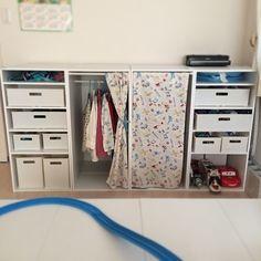 扉をつけるのも良さそう。これはセリアのコルクボードの中身を抜いて、同じくセリアのA4硬貨ファイルにガラス風のシートを貼ってはめこんでます。金具もセリアで揃いますよ♪ Kid Closet, Closet Ideas, Color Box, Baby Room Decor, Kids And Parenting, Wardrobe Rack, Playroom, Diy And Crafts, Baby Kids