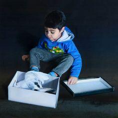 Artista: Manuel Rivero, Ado-Nay. Título: Niño con paloma. Óleo sobre lienzo metálico. 65x65 cm. 2018