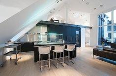 Guckt euch mal diese Wohnung an. In Stockholm wurde dieser Dachboden in eine luxuriöse Wohnung mit vier Schlafzimmern und 3 Bädern ausgebaut. Es gibt einen auffällig weitläufigen Wohnbereich mit offener Küche und Kamin und einem weiteren Couchbereich auf e