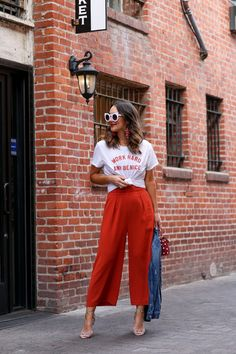 Graphic Tees for Women in Fashion Inspiration. Wide Pants Outfit, Red Wide Leg Pants, Summer Pants Outfits, Red Dress Pants, Spring Outfits, Men's Pants, Work Outfits, Chic Outfits, Look Fashion