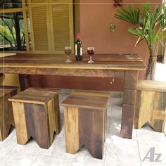 Mesa de jantar e banquinhos em madeira de demolição de pipas de vinho.