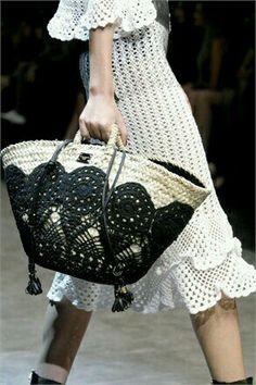 Un  Valentino con borlas Crochet Bags, Diy Crochet, Crochet Handbags, Crochet Purses, Knitted Bags, Love Crochet, Designer, Lace Bag, Fashion Bags