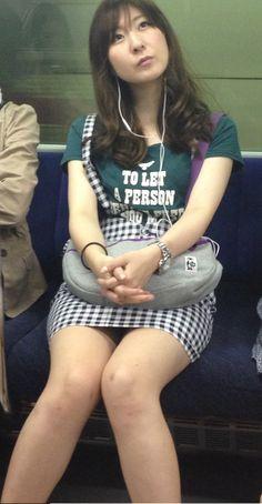【盗撮】電車でスマホを見てるふりして「無音カメラ」で対面の女の子を撮ってるゲス野郎 22枚目
