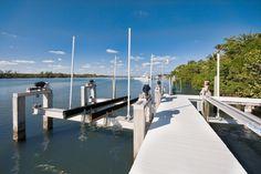Cette propriété de prestige possède un ponton et un accès privé par l'eau