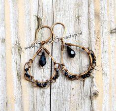 Handgemaakte wire oorbellen Vintaj Bronze met zwart en Swarovski