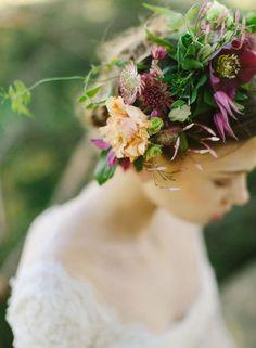 Une couronne des fleurs dans les cheveux pour le mariage