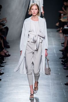 http://www.savoirflair.com/files/thumbs//files/images/news/2014/09/20/thumbs_h600/Bottega-Veneta-Spring-2015-Collection-03_600px.jpg adresinden görsel.