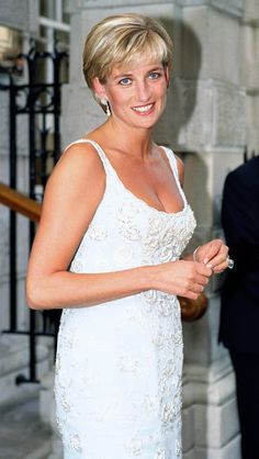 Diana, Princess of Wales attends Christie's private viewing of her dresses for auction in London - June 1997 Princess Diana Fashion, Princess Diana Pictures, Princess Diana Hairstyles, Princess Diana Wedding, Lady Diana Spencer, Princess Charlotte, Princess Of Wales, Princes Diana, Her Hair