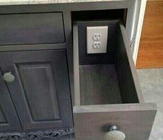 Gaveta com tomada na parte de dentro, para guardar objetos e, ao mesmo tempo, deixá-los carregando.