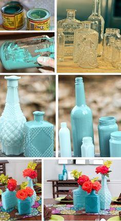 Синие и голубые вазы из стеклянных бутылок