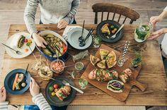 スキレット、スレート、ガラスジャーなど、話題のアイテムで自宅のテーブルがおしゃれカフェ風に変身! | ダ・ヴィンチニュース Food Lab, House Rooms, Paella, Table Settings, Food And Drink, Plates, Ethnic Recipes, Cooking Ideas, Cutting Board