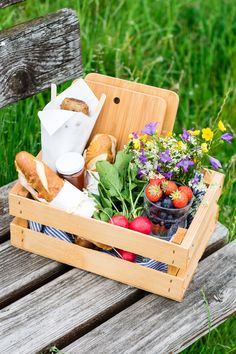 Picnic Ideas Discover love this idea of carrying everything in a wooden crate / Picnic Menu, Picnic Foods, Picnic Time, Beach Picnic, Summer Picnic, Picnic Ideas, Picnic Parties, Picnic Recipes, Brunch Ideas