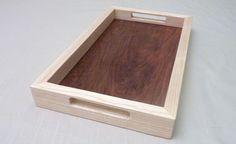 Plateau de service en bois massif à poignées aux formes simples et modernes. Plateau fabriqué à partir de deux essences de bois (frêne et noyer massifs)
