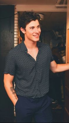 Shawn mendes is one of my favourite celebrities ,I enjoy listening to his music a lot . I would love to meet him one day Fangirl, Shawn Mendas, Chon Mendes, Shawn Mendes Wallpaper, Babe, Daddy, Celebrity Babies, Beautiful Boys, Cute Guys