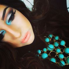 her eye shadow is soo beaustiful! The way they mixed the turquoise, silver, and black! It goes so well together! :-D