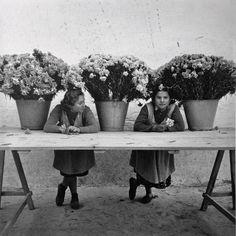 greeneyes55:  Floristas de la Rambla Barcelona 1950s   Photo: Francesc Catala Roca