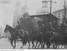 Oddział kawalerii przejeżdża przez krakowski Rynek w drodze na Święto Kawalerii.